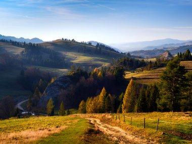 Rezerwat Biała Woda z żółtego szlaku z Przełęczy Rozdziela