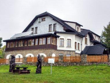 Drewniane figury zbójników przy Schronisku PTTK na Magurce Wilkowickiej, fot. Radosław Szczepanek