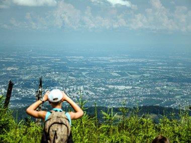 Podziwianie widoków z Magury na północ, fot. Radosław Szczepanek