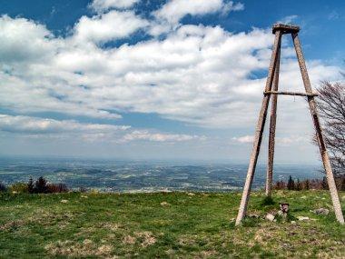 Wieża triangulacyjna na Czantorii Małej z Pogórzem Cieszyńskim w tle, fot. Radosław Szczepanek