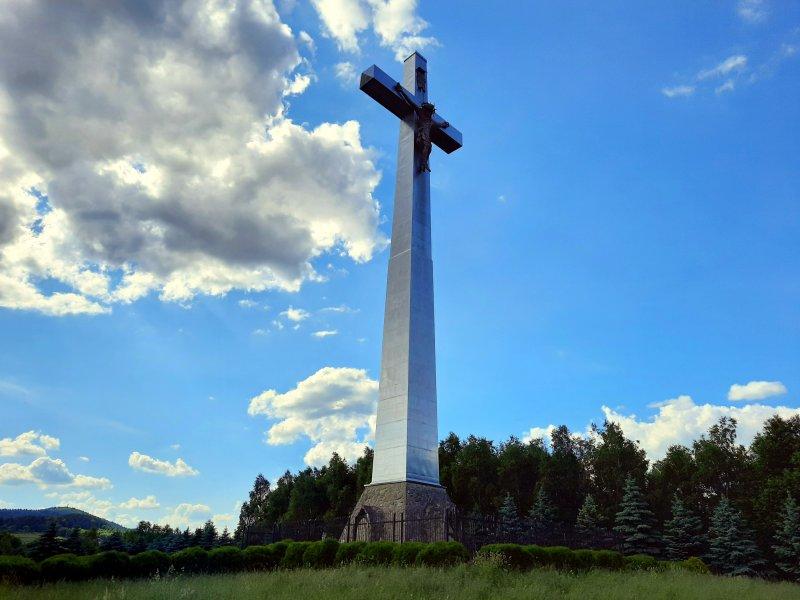 Krzyż Milenijny w Ujeździe, po lewej stronie szczyt Liwocza, fot. Agnieszka Cygan