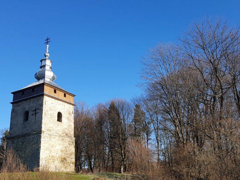 Zabytkowa dzwonnica w Polanach Surowicznych z 1730r. Fot. Jacek Dziwisz