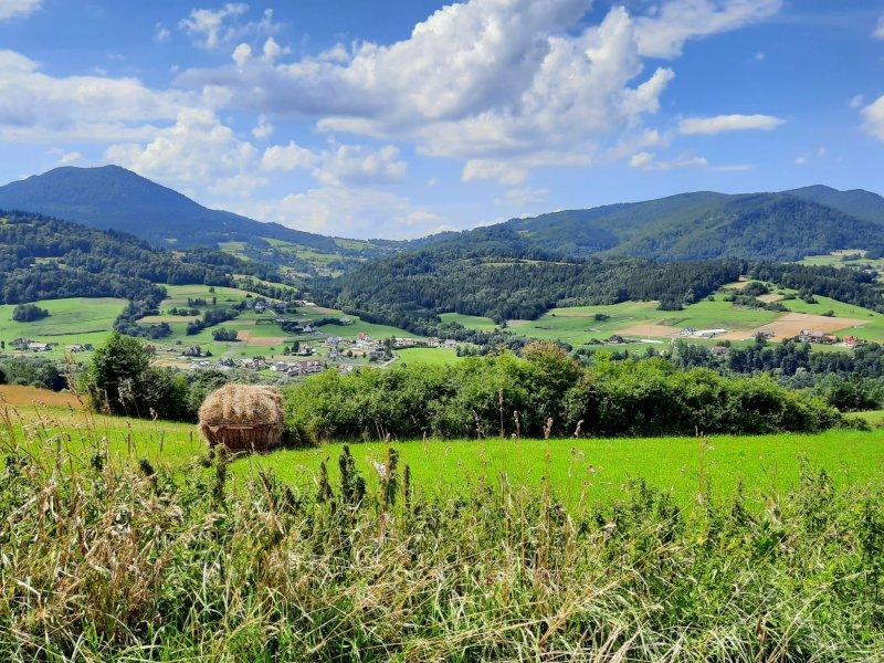 Sielski krajobraz ziemi zagórzańskiej, po lewej stronie Luboń Wielki, fot. Agnieszka Cygan