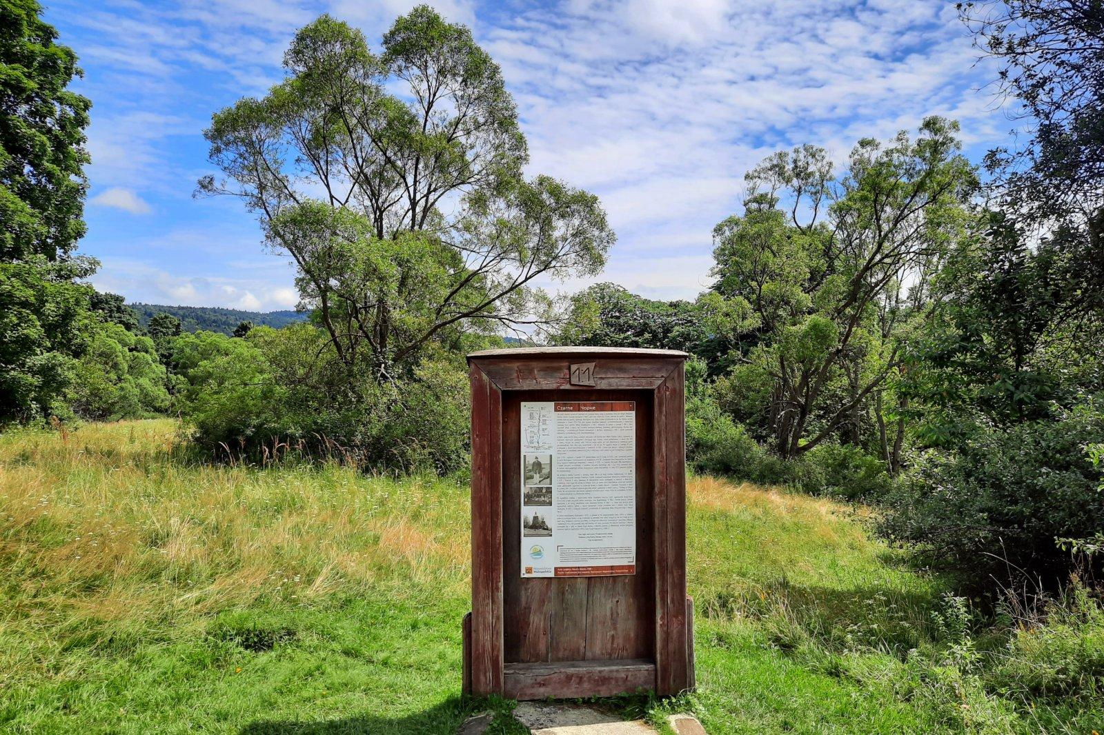 Symboliczne drzwi w miejscu dawnej wsi Czarne, fot. Agnieszka Cygan