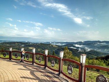 Widok na Beskid Śląski z tarasu widokowego Dworu Skibówki na Równicy, fot. Radosław Szczepanek
